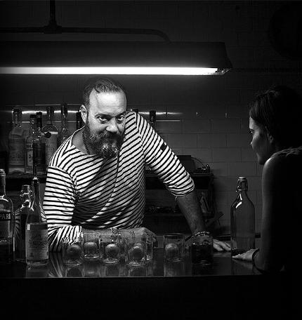 """Foto von Renato """"Tato"""" Giovannoni in seiner Cocktail Bar"""